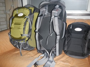 Rinkat saapuneet. Matkailumallin rinkat jotka aukeavat päältä kuten matkalaukut ja joissa päiväreput samassa paketissa.