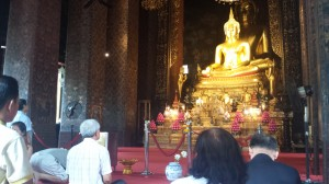 Paikallisia hiljentymässä Budhan luona Wat Bavorn Niwet -temppelissä