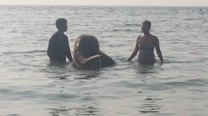 Mitä hemmettiä, norsu uimassa - ja meidän rannalla!