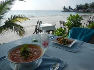 Kotibiitsiltämme erään resortin kuppilasta. Hyvä ruoka ja kauniit maisemat. Tom Yam nuudelikeittoa ja paistettuja kasviksia lounaaksi - nam!